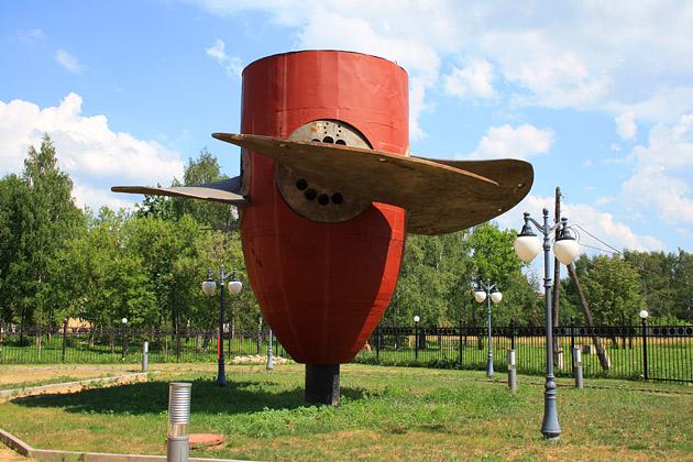 Углич достопримечательности: турбина Угличской ГЭС около музея гидроэнергетики